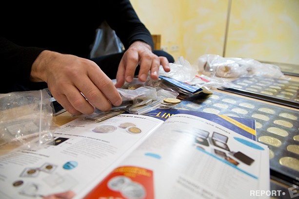 Руководитель проекта по чеканке сувенирных монет, Евгений Кушкин себя коллекционером не считает, но тут же выкладывает на стол несколько сотен необычных и уникальных экземпляров.
