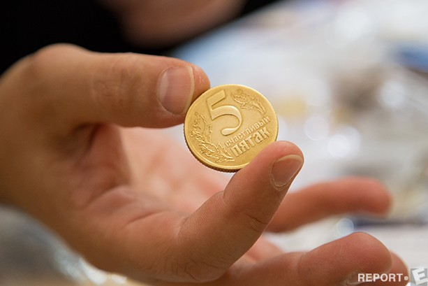 Первые монеты в истории человечества появились в VI веке до н.э. Естественно, чеканка выполнялась вручную, а по форме монеты были далеки от идеального круглого очертания. На Руси первые монеты из золота и серебра появились в X веке, тогда заготовки клали под пресс, наносивший изображение на поверхности будущих монет. Позже монеты стали изготавливать из серебряной проволоки, которая также попадала под пресс. Правда, деньги из проволоки обретали разные формы и вес.