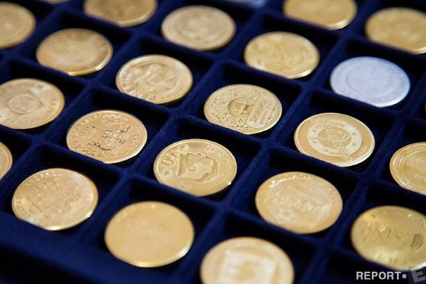 Евгений: Если монета в упаковке, то особого ухода не требуется. Латунь темнеет со временем, да, если монету не трогать, то процесс потемнения будет идти гораздо дольше. Но эта проблема легко решается – почистил щеткой с зубным порошком и она блестит! Еще можно потереть монету о войлочную поверхность, и она будет как новенькая. Но некоторым монетам, например, идет этот эффект состаривания.
