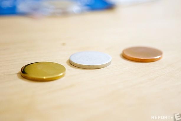 Евгений: Заготовки бывают трех видов: из алюминия, меди и латуни. Сувенирные монеты порой воспринимаются как медали, по содержанию и по размерам, поэтому такие материалы могут ассоциироваться и использоваться в качестве подарка на соревнованиях (золото, серебро и бронза).