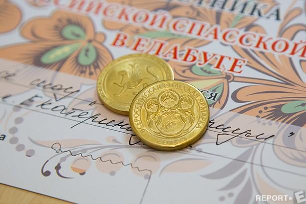 Евгений: Чеканкой монет занимались издревле. Мы используем старинный демидовский способ – метод холодной чеканки. Монеты делаются на холодную, с помощью удара кувалды.